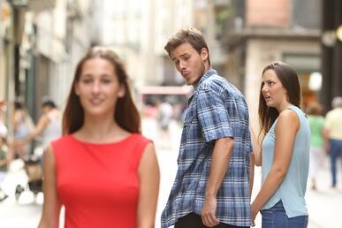 Il meme del fidanzato distratto: quando la tentazione diventa ironia! (News, Fuori dalle righe)